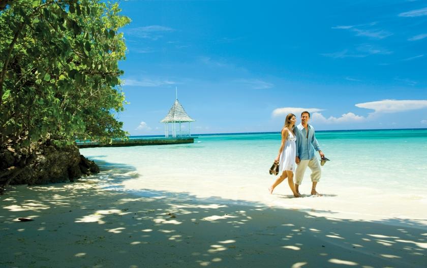 [HQ]_Sandals Royal Plantation Couple on Beach.jpg